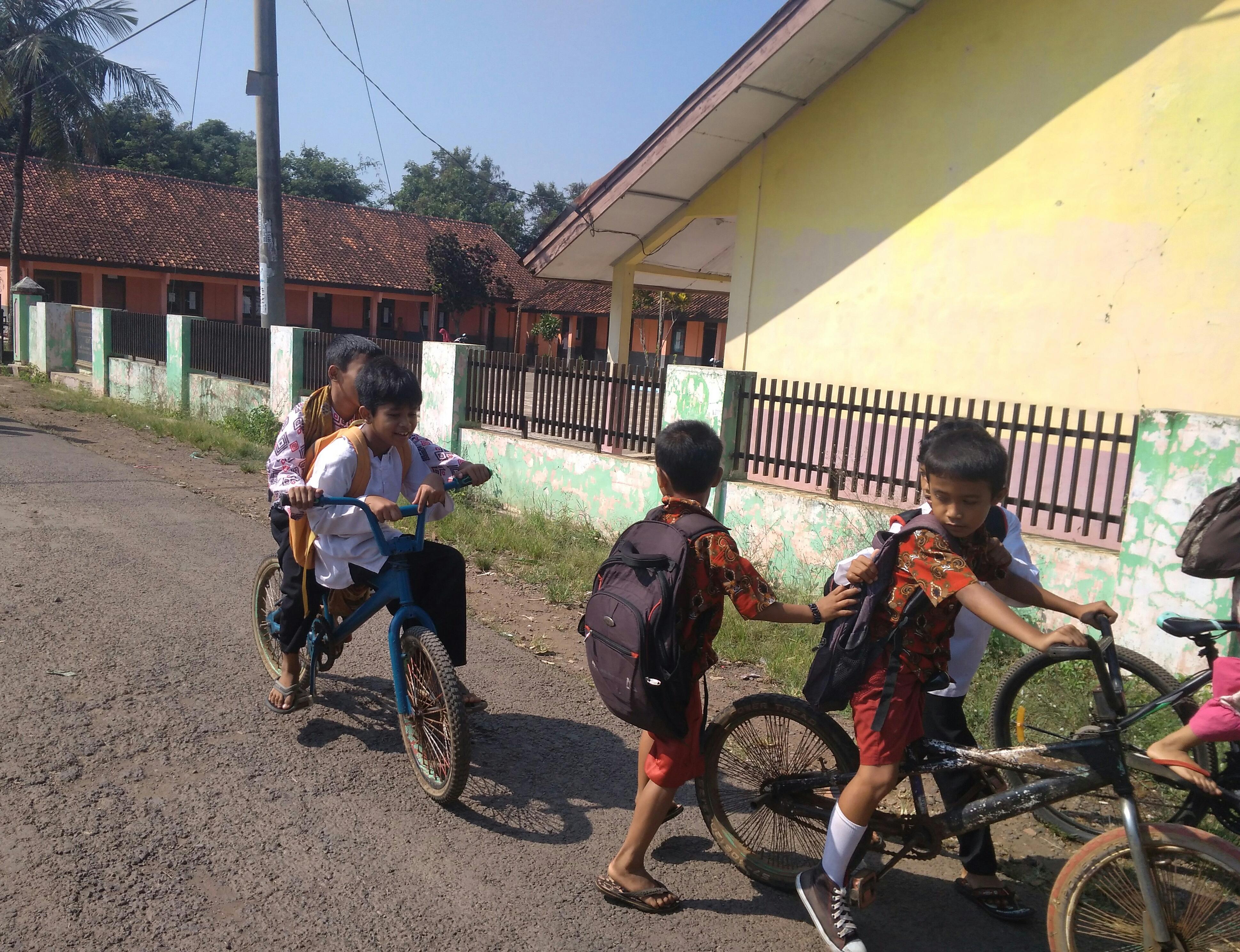 Gambar Anak Berangkat Sekolah Naik Sepeda