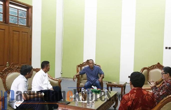 INDRAWAN/PASUNDAN EKSPRES KEBERSIHAN: Bupati Subang, H.Ruhimat melakukan pertemuan dengan peneliti UI dan Dirjen Pertanian urusan pengelolaan sampah.