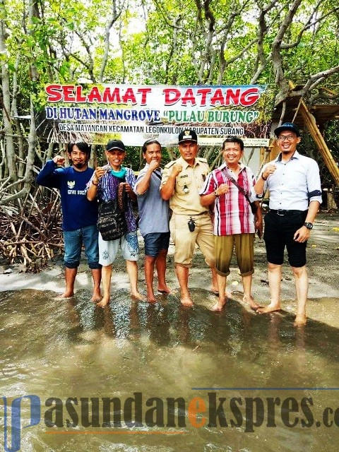 DADAN RAMDAN/PASUNDAN EKSPRES NAIK PERAHU: Sejumlah wisatawan menumpang perahu nelayan menuju Pulau Burung