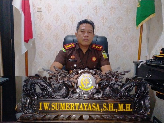 YUGO EROSPRI/ PASUNDAN EKSPRES SEMANGAT BARU: Kepala Kejaksaan Negeri Subang I Wayan Sumertayasa SH.MH saat berada di ruang kerjanya, Rabu (18/8).